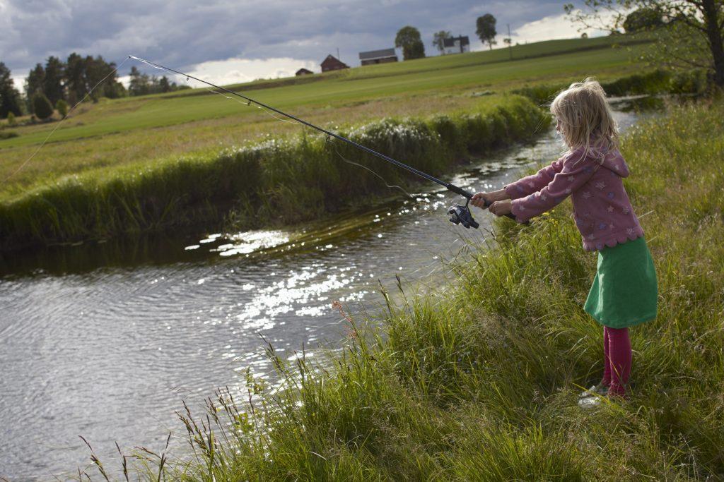 Flicka fiskar i Ätran. Foto: Jan Töve