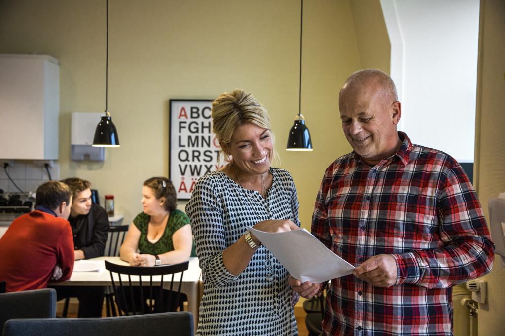 Lärare som planerar i sitt lärarrum. Foto: Sören Håkanlind