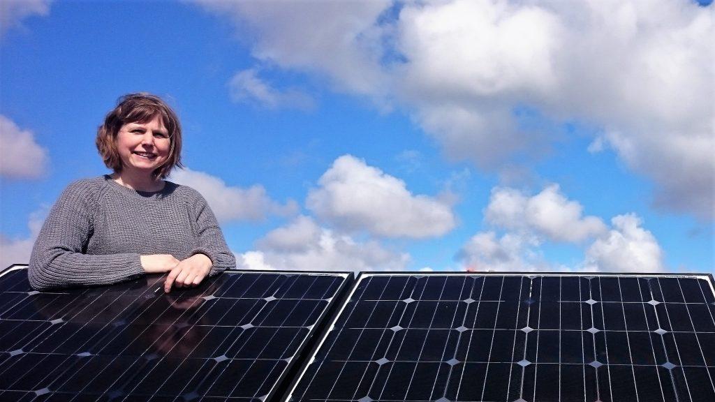 Energi- och klimatrådgivare Decima Henningsson vid en solcellspark. foto: John Hamnelid