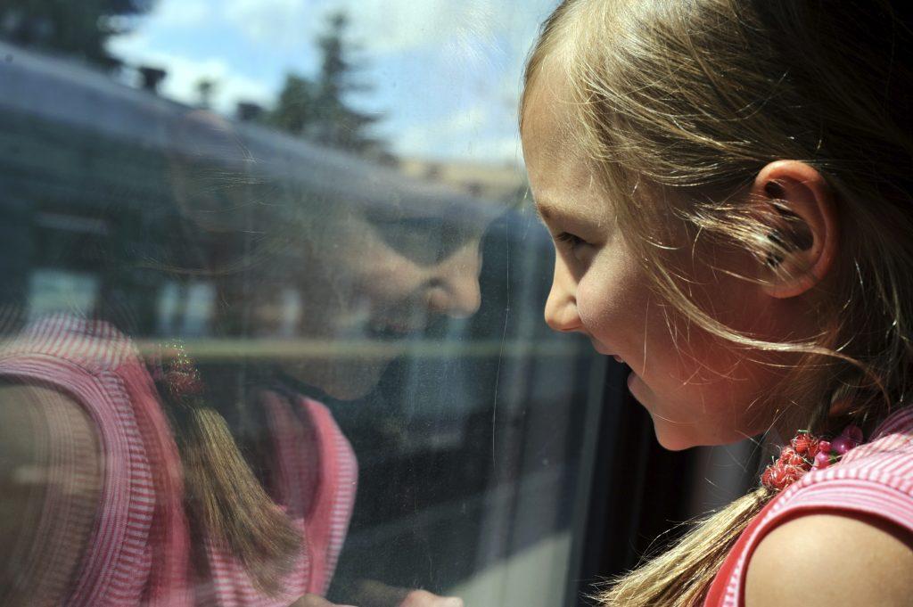 Flicka åker tåg