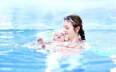 Mamma och baby badar