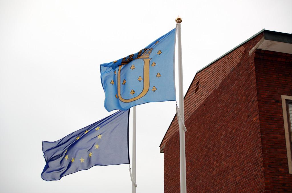 EU-flagga och Ulricehamns kommuns flagga
