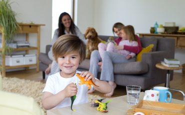 Pojke som leker med dinosaurier