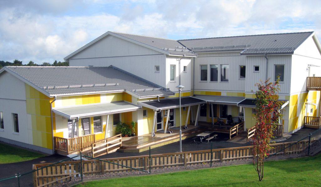 Bild Hökerums förskola som är en vitgul byggnad med flera våningar