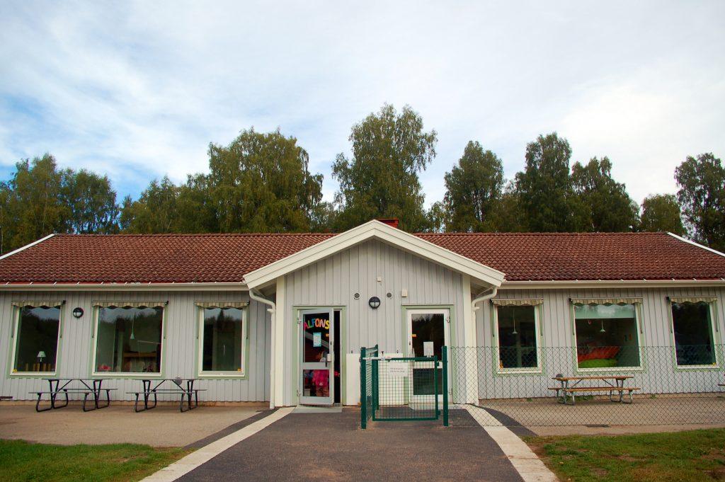 Bild på ett grått enplanshus med rött tegel som är Nitta förskola