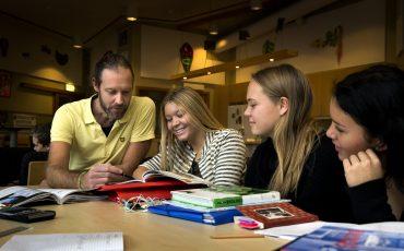 Elever och lärare. Foto: Sören Håkanlind
