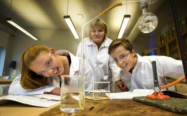 Lärare och elever i kemisal. Foto: Sören Håkanlind