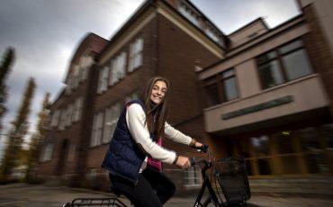 På cykel vid Stenbocksskolan. Foto: Sören Håkanlind