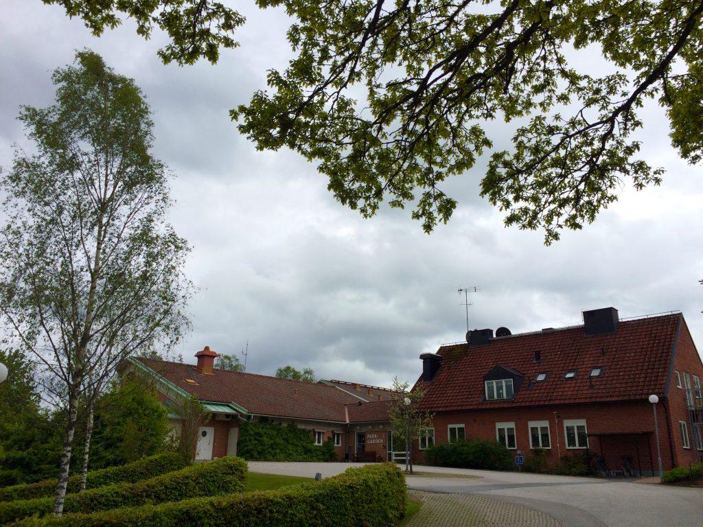 Bild på Parkgården i Dalum som är en röd tegelbyggnad.