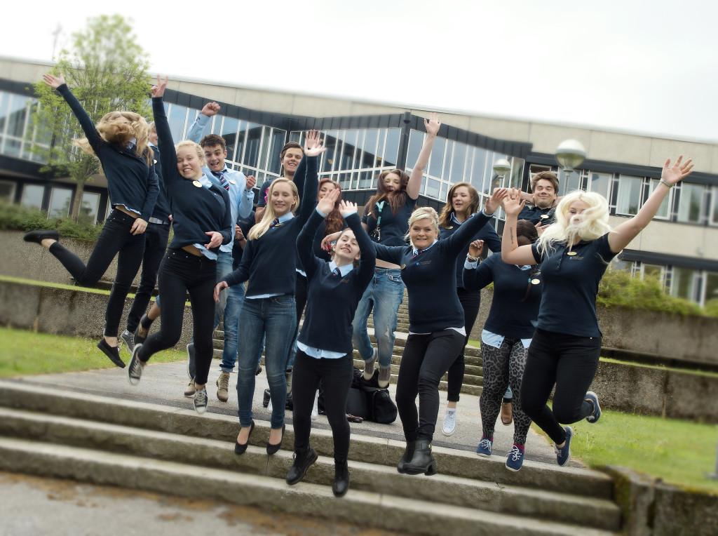 Elever på trappa utanför Tingsholmsgymnasiet. Foto: Anna Sigge