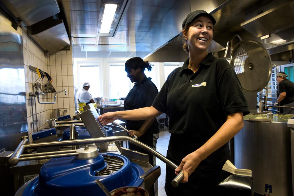 Personal som lagar mat i kök. Foto: Sören Håkanlind