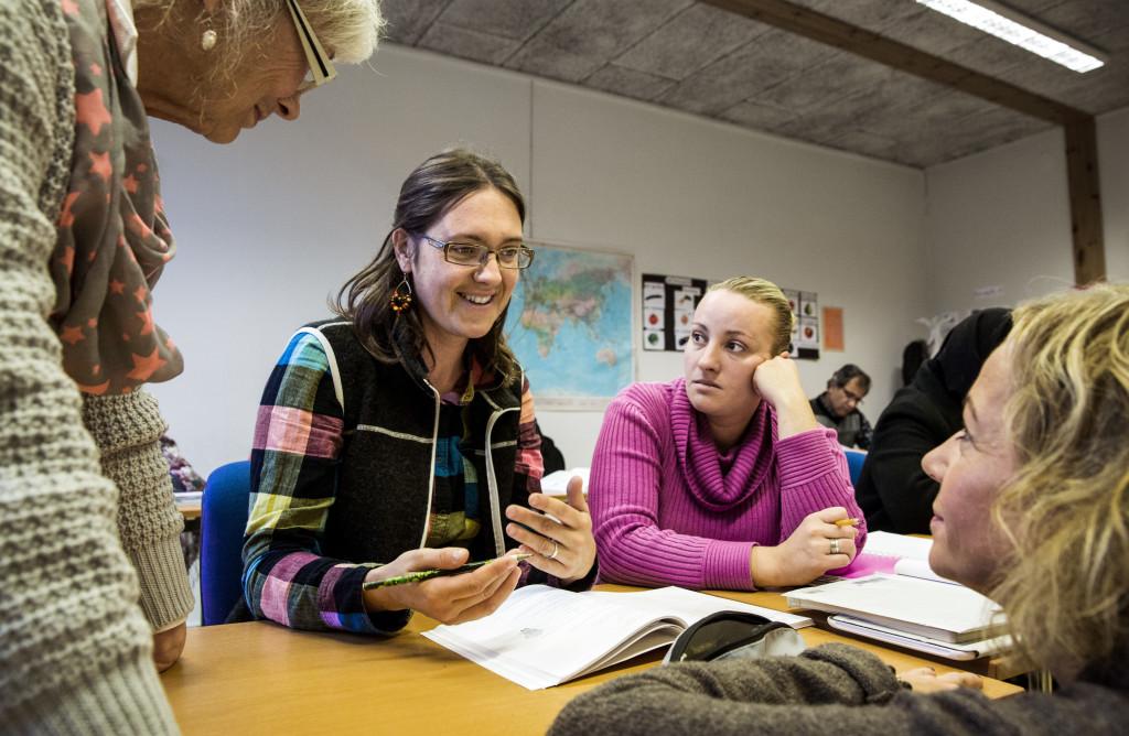 Lärare och elever i samtal. Foto: Sören Håkanlind