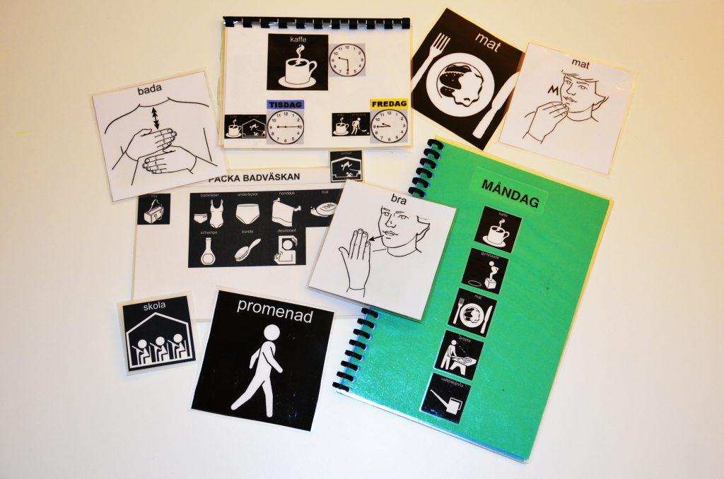 Olika bilder som kan användas som hjälpmedel ligger utspridda på ett bord