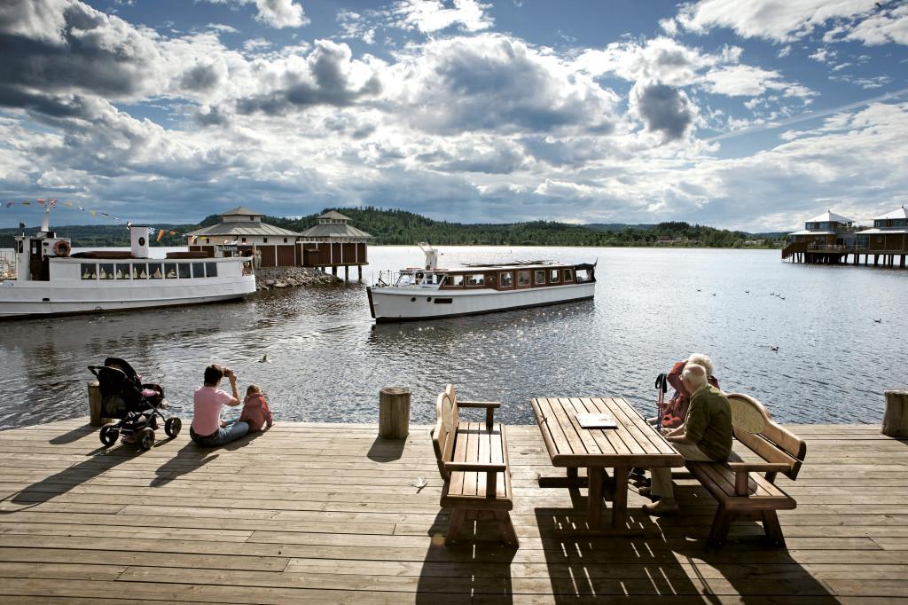 Människor på bryggan vid Åsunden. Foto: Sören Håkanlind
