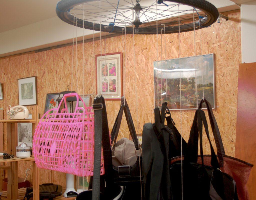Bild på tygväskor som säljs på Överskottslagret