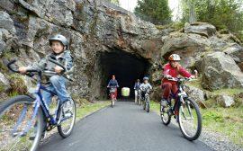Cyklister på banvallen. Foto: Jan Töve