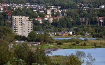 Bild på höghusen vid Norra stranden som sticker upp vid vattnet och har stadskärnan i bakgrunden.