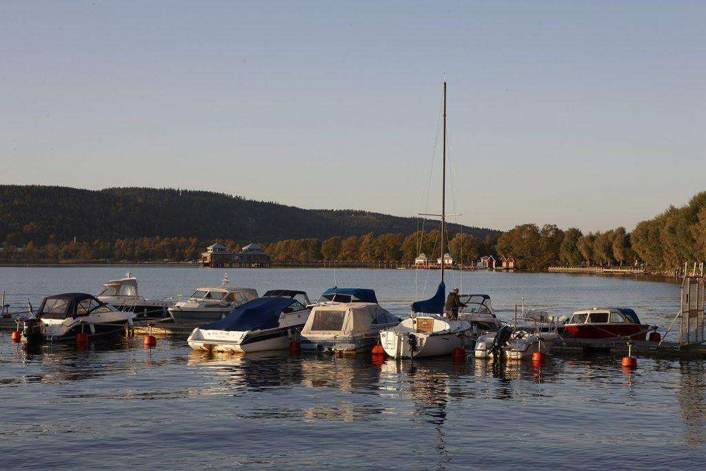 Bild på båtar som ligger förtöjda i Åsunden