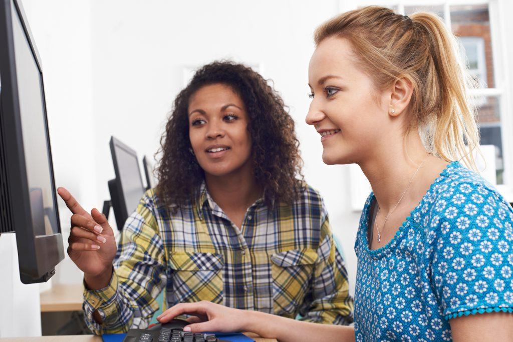 Bild på två kvinnor som sitter vid en dator