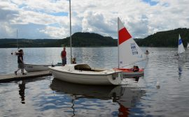 Ledaren Rasmus på bryggan. I vattnet syns en segelbåt och en roddbåt
