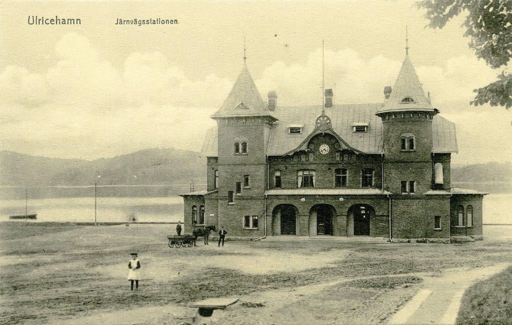 Gammal svartvit bild på stationshuset i Ulricehamn