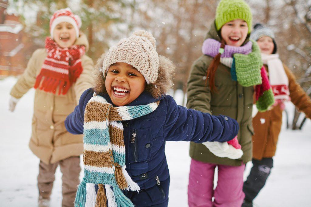Glada barn utomhus i vinterväder