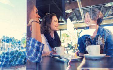 Bild på vänner som samtalar