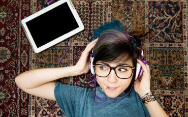 tjej-hörlurar-musik-ung-köpt