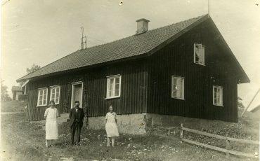Hus i Finnekumla, med Lassa-Lovisa, Svina-Lasse Hansson och deras dotter Anna. Fotograf: okänd