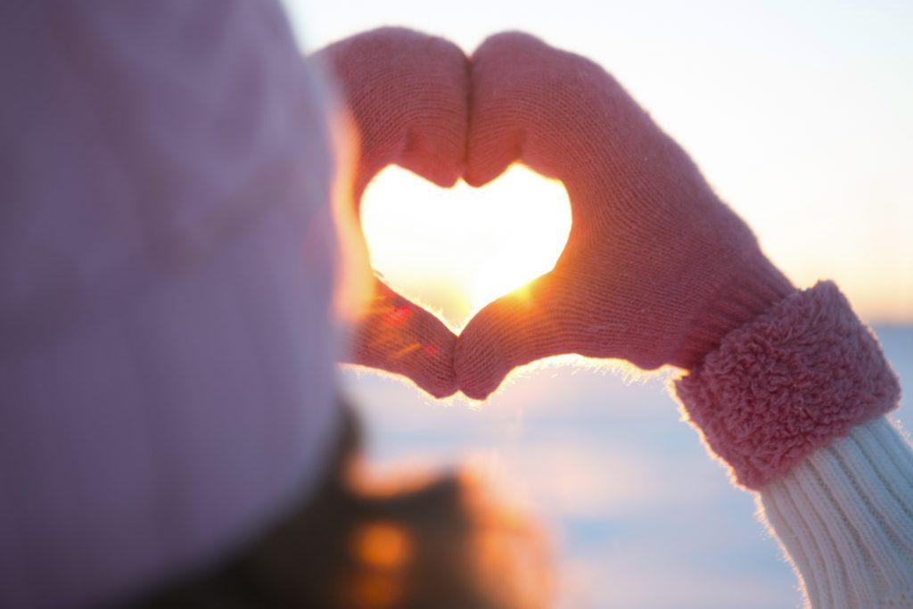 Händer som formar ett hjärta