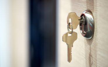Nycklar som sitter i ett nyckellås