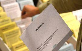 Person som håller i ett valkuvert