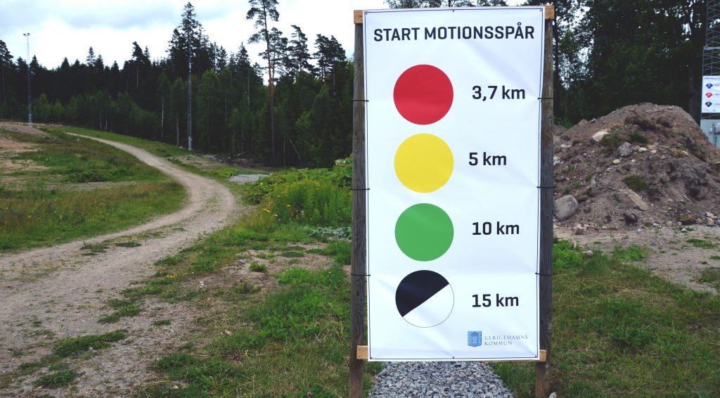 Skylt med markeringar av motionsspår på Lassalyckan.