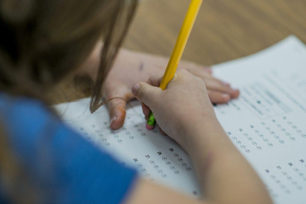 Barn som fyller i ett prov