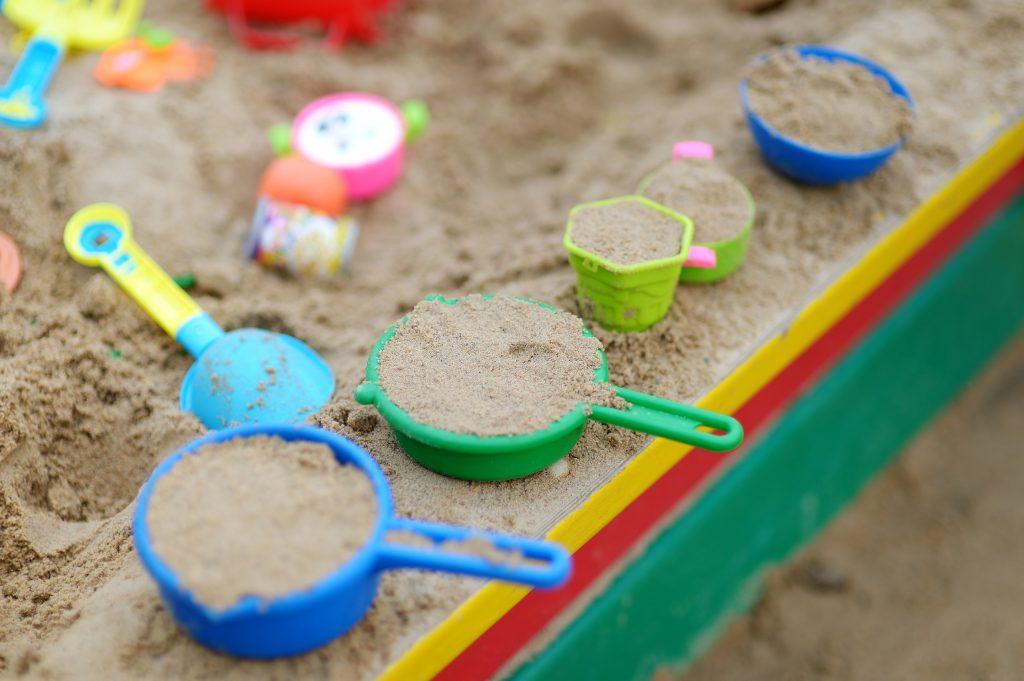 Sandlåda med leksaker