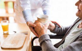 Äldre person får hjälp av vårdpersonal