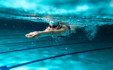 Kvinna som simmar under vattnet
