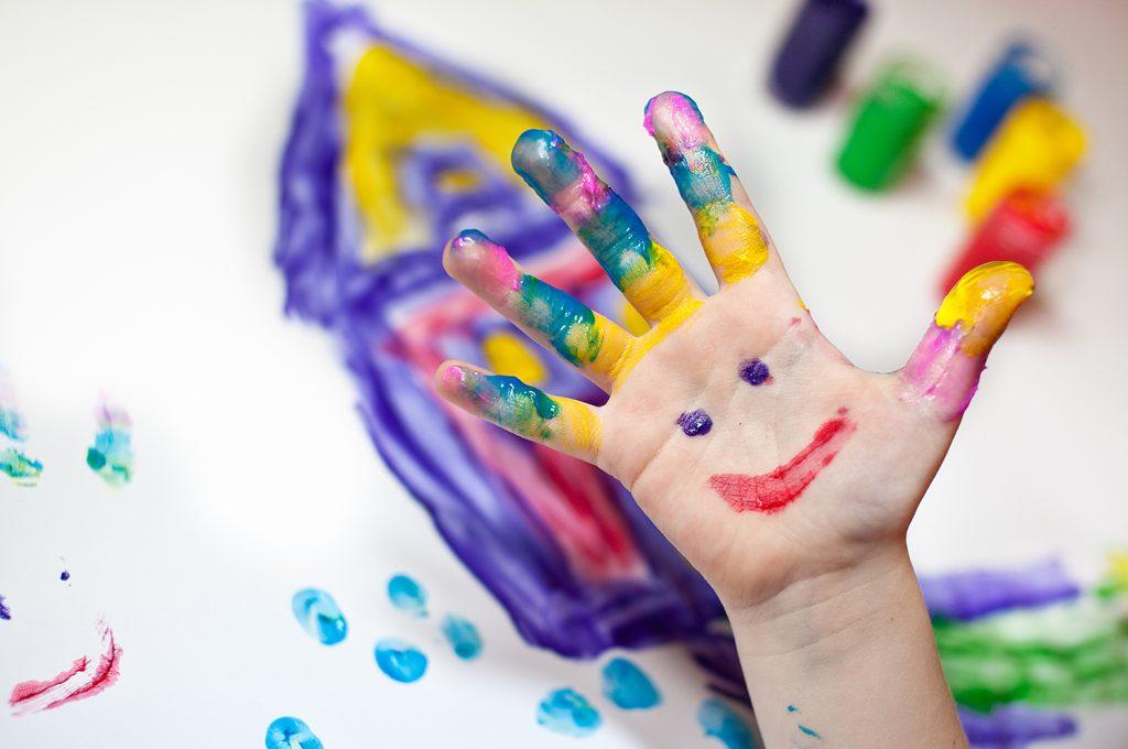 Barn som målar med fingerfärg