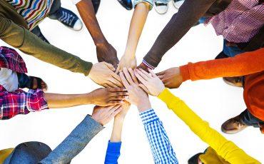 Händer som tillsammans bildar en cirkel