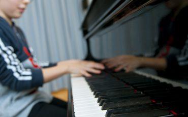 Elev som spelar piano