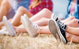 Anonyma ungdomar med converseskor, sommar