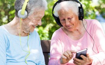 Äldre personer tittar på en smartphone