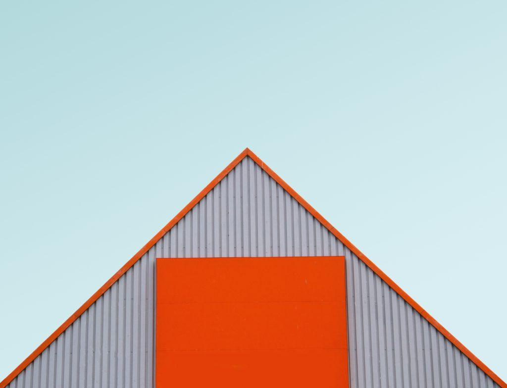 husfasad mot blå himmel