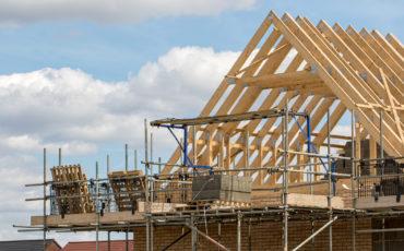 Timmer inom ramen för hus takstolar med byggnadsställning