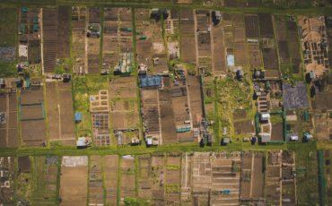 flygbild över landskap med tomter