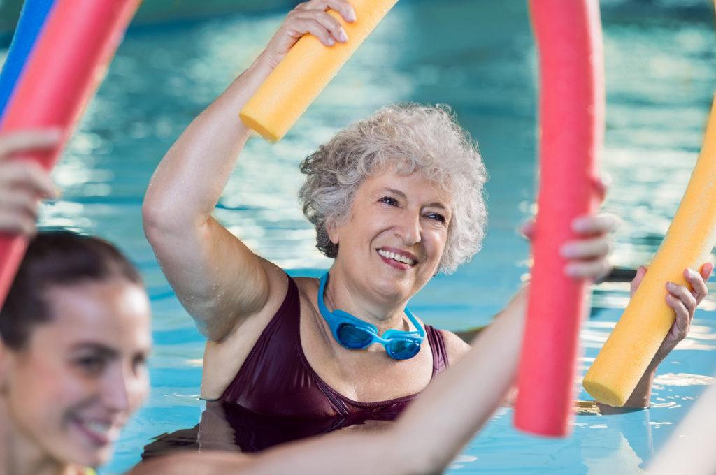 gråhårig kvinna gör vattengympa