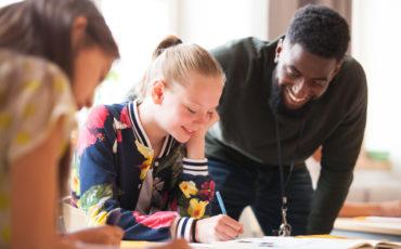 lärare hjälper elev på mellanstadiet
