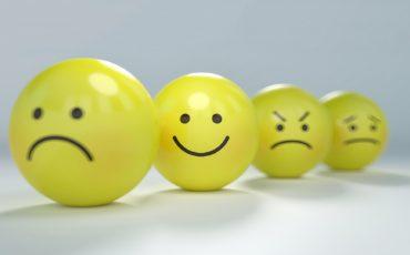 små gula bollar med ansikten på