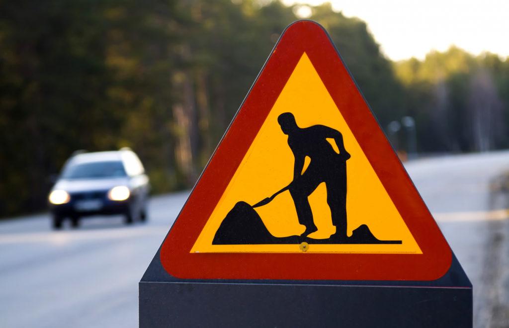 Bild på vägskylt som betyder gatuarbete