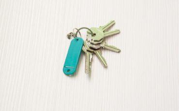 En nyckelknippa med nycklar